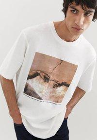 PULL&BEAR - DIE ERSCHAFFUNG ADAMS - T-shirts print - off-white - 3