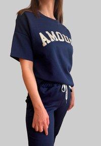 Mottele - CONJUNTO AMOUR - Pantalones deportivos - azul marino - 2