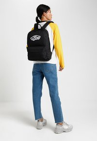 Vans - REALM BACKPACK - Ryggsekk - black - 1