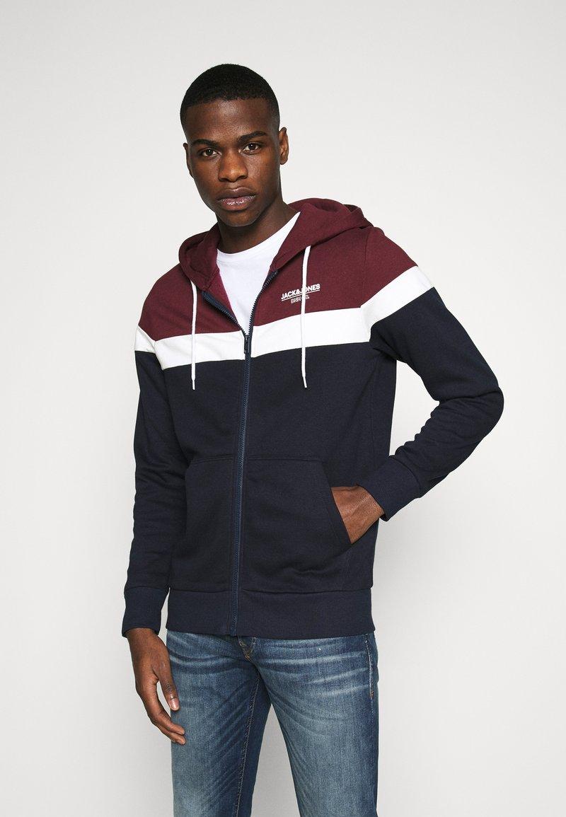 Jack & Jones - JJSHAKER ZIP HOOD - Zip-up hoodie - port royale