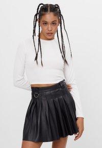 Bershka - MIT KELLERFALTEN - Pleated skirt - black - 0
