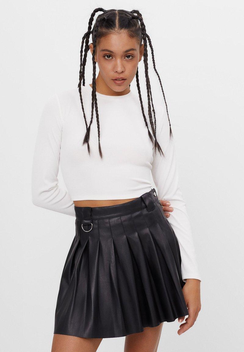 Bershka - MIT KELLERFALTEN - Pleated skirt - black
