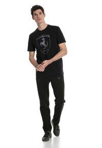 Puma - FERRARI HERREN BIG SHIELD  - T-shirt med print - black - 0