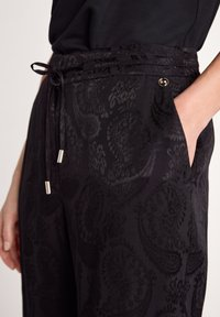 comma - MIT PAISLEYMUSTER - Trousers - black - 5