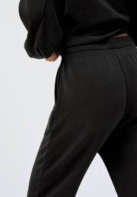 OYSHO - Teplákové kalhoty - black - 3
