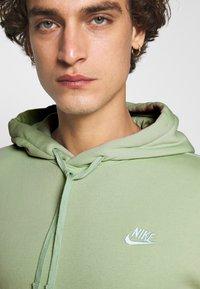 Nike Sportswear - CLUB HOODIE - Luvtröja - pistachio frost - 5