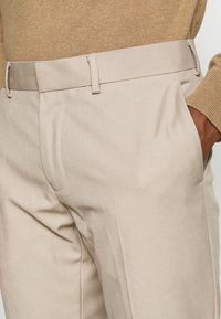 Isaac Dewhirst - PLAIN LIGHT SUIT - Completo - light brown - 8