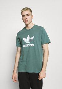 adidas Originals - TREFOIL UNISEX - T-shirt z nadrukiem - hazy emerald/white - 0