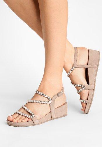 Sandalen met sleehak - biscuit