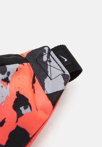 Nike Sportswear - HERITAGE UNISEX - Bum bag - bright mango/black/white - 3