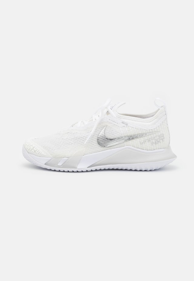 REACT VAPOR NXT - Chaussures de tennis toutes surfaces - white/metallic silver/grey fog
