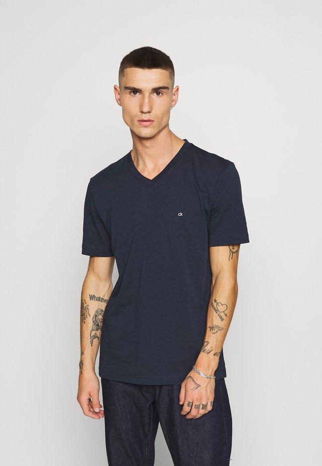 V-NECK CHEST LOGO - Camiseta básica - blue