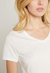 Cream - NAIA - T-shirts - off-white - 5