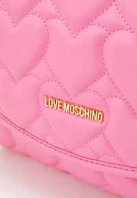 Love Moschino - HEART QUILTED TOP HANDLE CROSSBODY - Handbag - rosa - 3