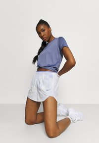 Nike Performance - LUXE SHORT - Träningsshorts - light thistle/clear - 3
