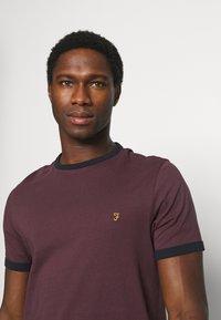 Farah - GROVES RINGER TEE - T-shirt z nadrukiem - farah red - 3