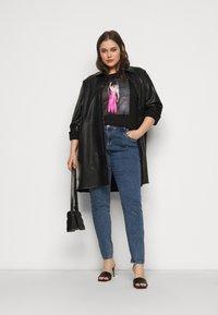 Vero Moda Curve - VMINDY LONG TOP BOX - Print T-shirt - black - 1