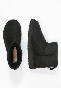 UGG - CLASSIC MINI - Kotníkové boty - black - 2
