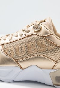 Guess - TANDEY - Joggesko - gold - 2