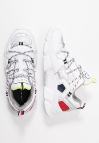 Tommy Hilfiger - CITY VOYAGER CHUNKY SNEAKER - Baskets basses - white - 3