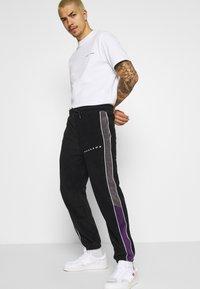 Mennace - LEG SIGNATURE POLAR JOGGER - Tracksuit bottoms - black - 3