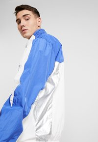 Grimey - PLANETE NOIRE SILVER TRACK JACKET - Träningsjacka - white - 3