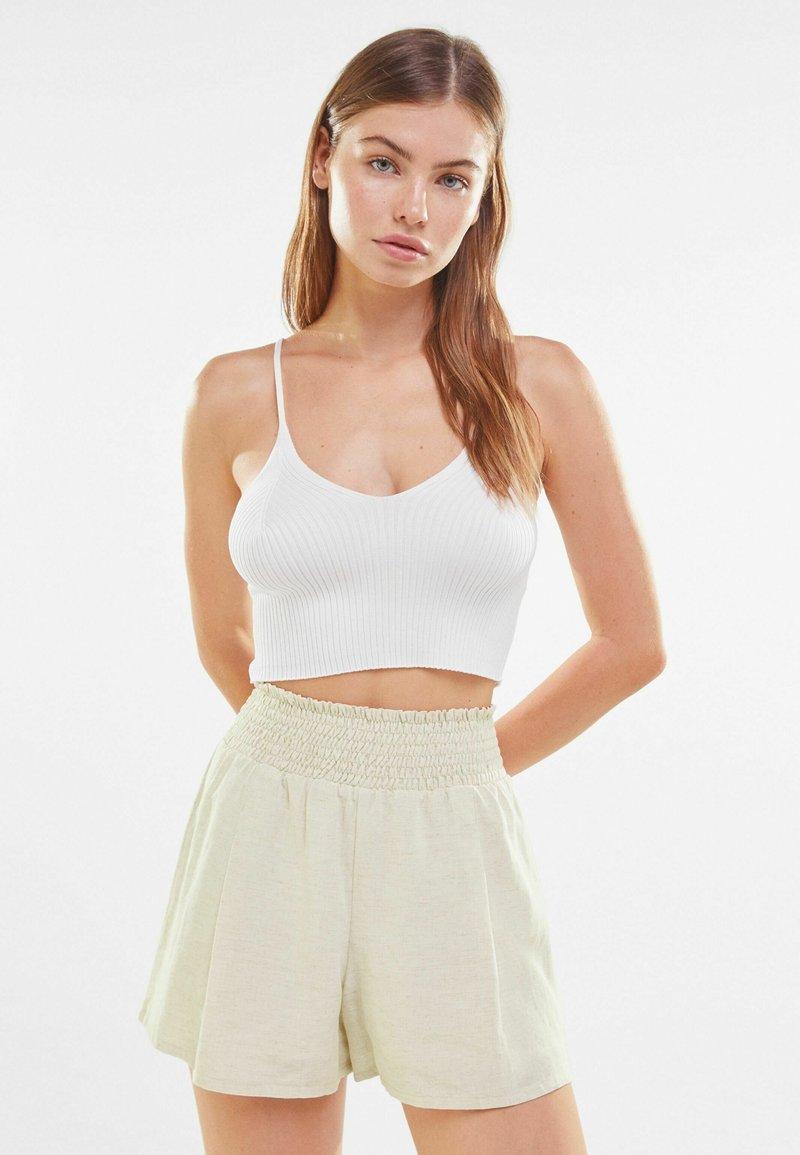 Bershka - Shorts - offwhite