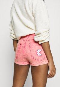 Karl Kani - RETRO - Shorts di jeans - purple - 3