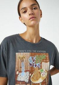 PULL&BEAR - MIT ORANGEFARBENEM GEMÄLDE EINES ZIMMERS - Print T-shirt - dark grey - 4