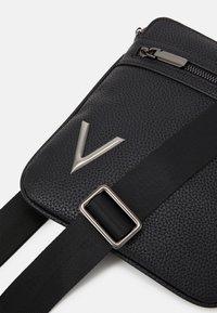 Valentino Bags - HIDDEN CROSSBAG UNISEX - Taška spříčným popruhem - nero - 4