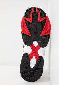 adidas Originals - 2000 W - Sneakersy niskie - chalk white/offwhite/scarlet - 8