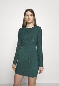 Hervé Léger - RUCHED LONGSLEEVE MINI - Sukienka z dżerseju - bright elm - 0