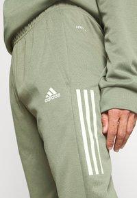 adidas Performance - MUST HAVES AEROREADY SPORTS REGULAR PANTS - Pantalon de survêtement - green - 4