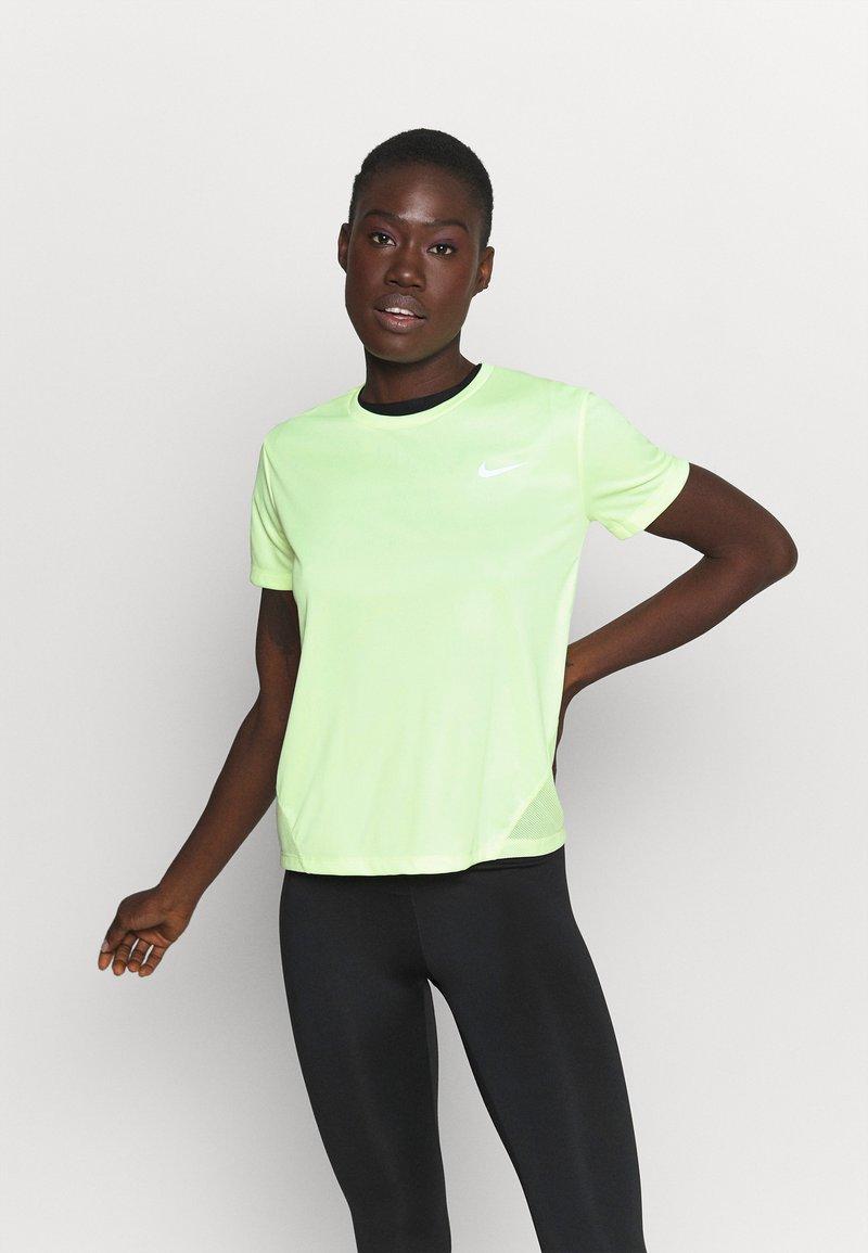 Nike Performance - MILER - T-shirts med print - barely volt/reflective silve