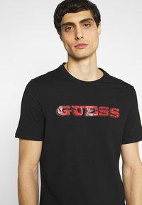 Guess - T-shirt med print - jet black - 3