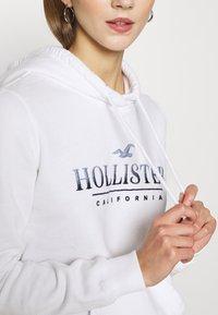 Hollister Co. - SECONDARY TECH CORE  - Sweat à capuche - white - 5