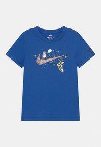 Nike Sportswear - NIGHT GAMES TREE - T-shirts print - game royal - 0