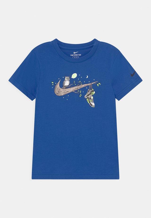 NIGHT GAMES TREE - Print T-shirt - game royal
