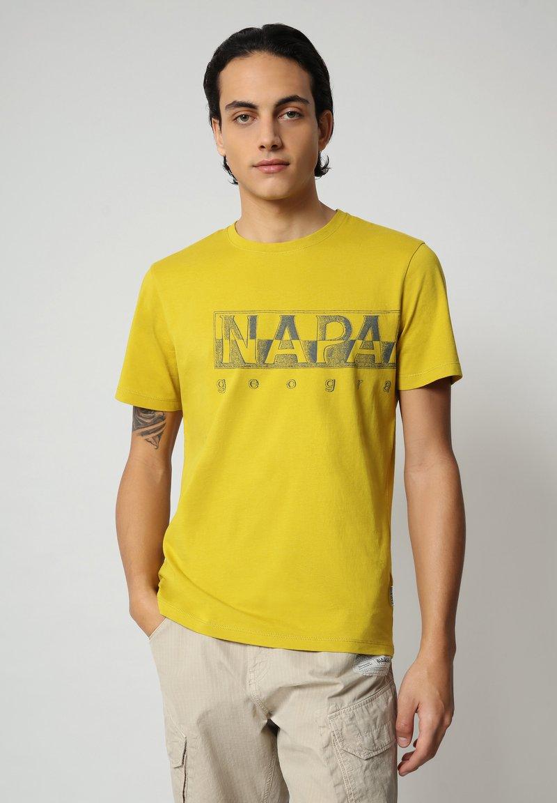 Napapijri - SALLAR LOGO - Print T-shirt - yellow moss