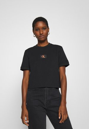 BADGE CROPPED TEE - T-shirts - black