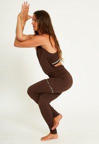 Yogasearcher - Legging - brown - 2