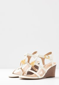 Lauren Ralph Lauren - CHARLTON CASUAL WEDGE - Sandály na klínu - vanilla - 4