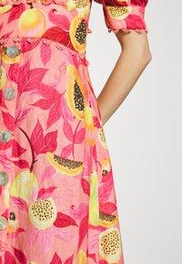 Farm Rio - PAPAYA SALAD BUTTON DOWN MIDI DRESS - Shirt dress - multi - 6