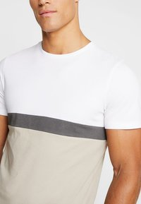 Jack & Jones PREMIUM - JPRNATHAN TEE CREW NECK SLIM FIT - Print T-shirt - string - 4