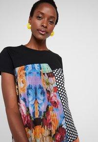 Desigual - FLORENCIA - T-shirt z nadrukiem - black - 3