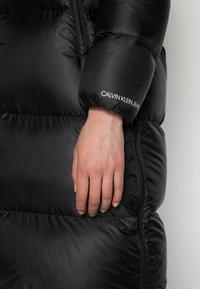 Calvin Klein Jeans - SHINY LONG PUFFER - Kabát zprachového peří - black - 5