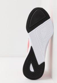 Puma - FLYER RUNNER JR UNISEX - Neutral running shoes - salmon rose/black/white - 5