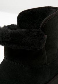 UGG - KRISTIN - Enkellaarsjes met sleehak - black - 6