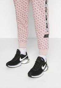Nike Sportswear - REPEAT PRINT - Pantalones deportivos - champagne/smokey mauve/black - 3