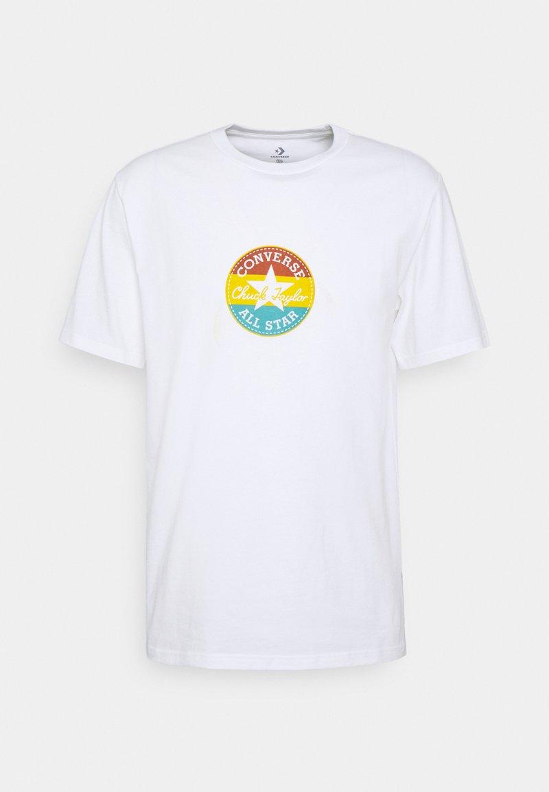 Converse - STRIPED CENTER FRONT CHUCK PATCH SHORT SLEEVE TEE - Camiseta estampada - white